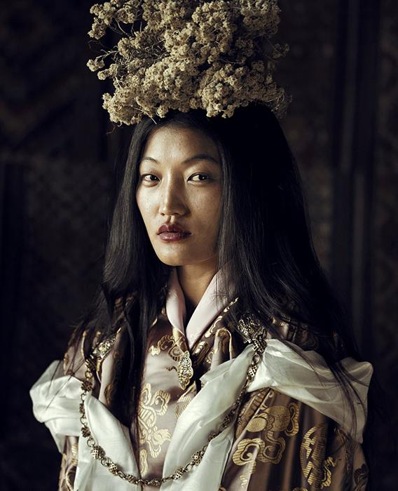 Женщина в национальной одежде из племени Скарчоп в Бутане.